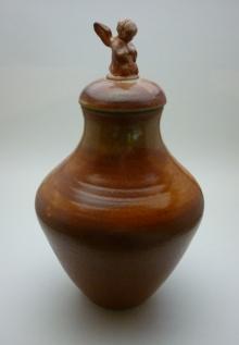 shino urn with angel side view